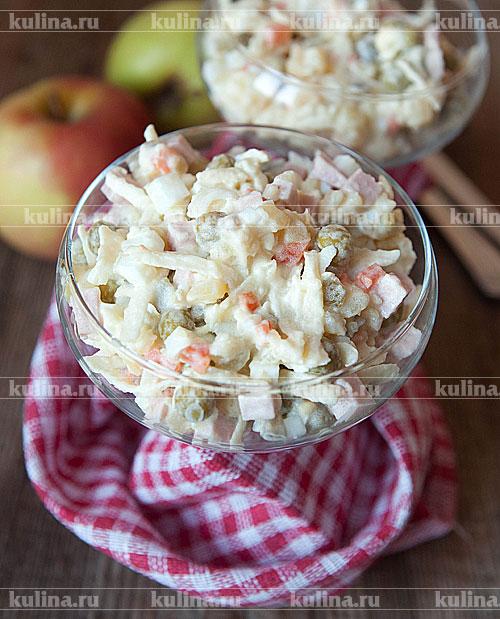 Разложить салат по порционным креманкам или в большую салатницу и подать к столу.