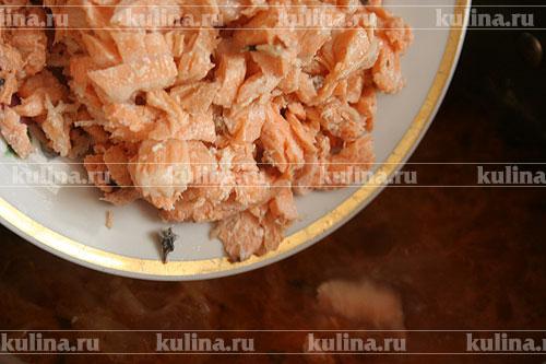 Перед окончанием варки выкладываем кусочки рыбы, закрываем крышкой и доводим до кипения, после чего снимаем суп с огня.