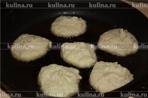 Жарить оладьи на хорошо разогретой сковороде с маслом. Подавать горячими. Если вы не придерживаетесь поста, в тесто можно добавить яйцо. И подавать горячие оладьи со сметаной.