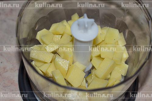 Картофель очистить, нарезать кубиком и положить в чашу блендера.