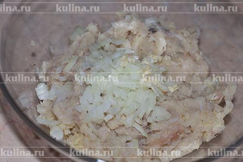 Переложить фарш в миску, добавить мелко нарезанный репчатый лук.