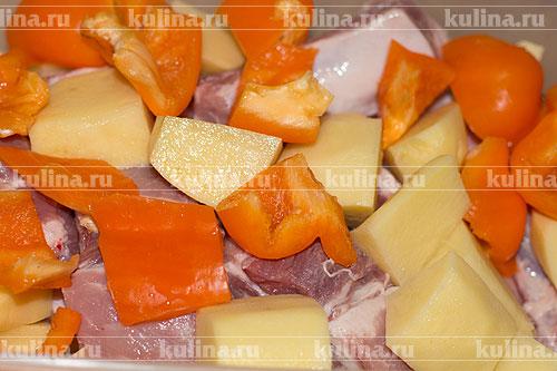 Сладкий перец очистить от семян, нарезать крупными ломтиками.