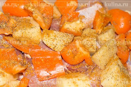 Мясо и овощи положить в миску, посолить, поперчить и посыпать хмели-сунели.