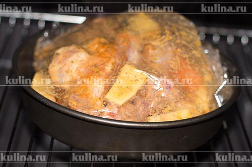 Поставить в разогретую до 200 градусов духовку. Запекать до готовности, примерно минут 40 или чуть больше.