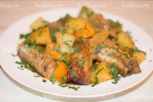 Разложить ребрышки с овощами по тарелкам, посыпать нарезанной зеленью и подать к столу. Приятного аппетита!