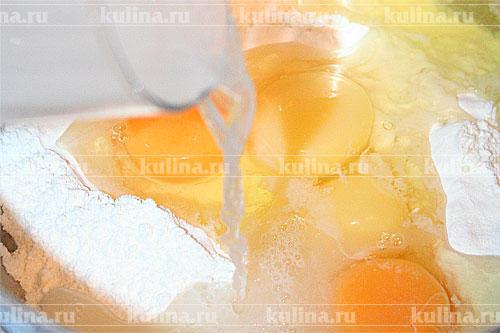 Вылить воду в емкость с мукой и яйцами.