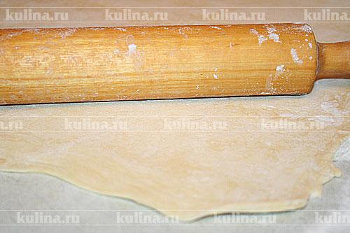 Готовое тесто раскатать в пласт толщиной 8 мм. Разрезать на две части.