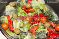 В форму для запекания выложить брокколи, оставшийся перец, нарезанный ломтиками, помидоры и оливки, посолить, поперчить, присыпать травками и сбрызнуть оливковым маслом.