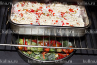 Разогреть духовку до 200 градусов, поставить мясо и овощи в духовку, запекать до готовности.