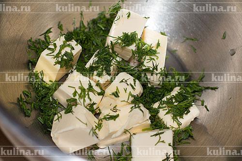 Сливочное масло нарезать кубиком и положить к миску. Добавить к нему мелко нарезанный укроп.