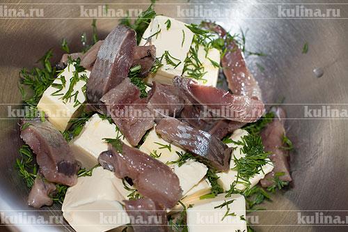 Филе сельди нарезать кусочками и положить к остальным ингредиентам.