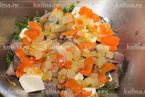 Выложить в миску обжаренные овощи.