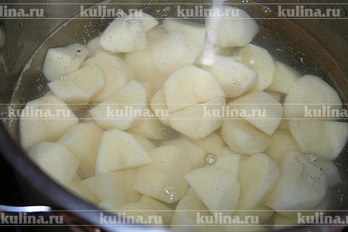 Картофель, очистить, залить водой. посолить, поставить на плиту и варить до мягкости.