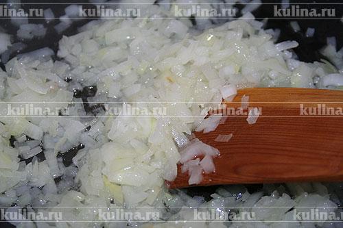 Репчатый лук нарезать и обжарить в 30 г сливочного масла так, чтобы лук стал мягким, но не изменил своего цвета.