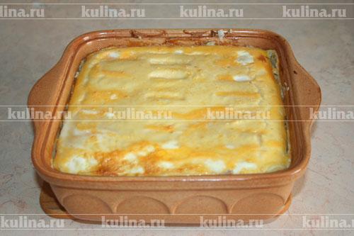 Картофельную запеканку можно подавать как в горячем, так и в холодном виде с томатным соусом, майонезом или сметаной, посыпав свежей зеленью.