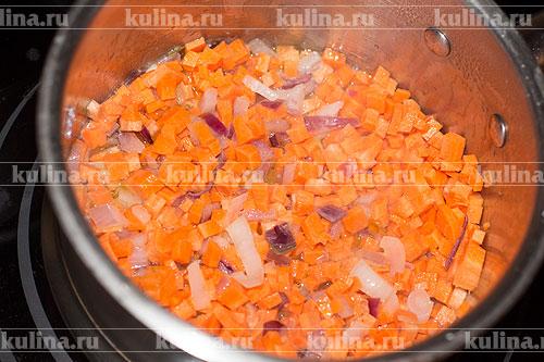 Морковь нарезать мелким кубиком и добавить к луку.