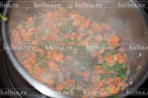 Зелень мелко нарезать и положить к остальным овощам.