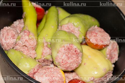 Нафаршировать овощи полученной массой и сложить в большую кастрюлю.