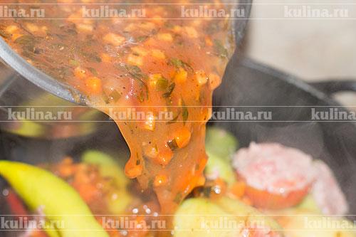 Залить овощи соусом, закрыть крышкой.