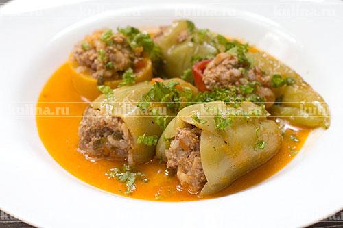 Готовый тушеный перец разложить по тарелкам с овощами, посыпать зеленью и подать к столу. Приятного аппетита!