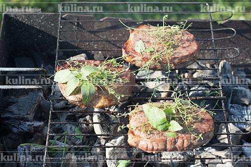 Мясо обжарить до готовности на мангале, запечь в духовке или пожарить на сковороде гриль.