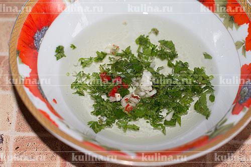 Добавить мелко нарезанную зелень кинзы, острый перец и чеснок.