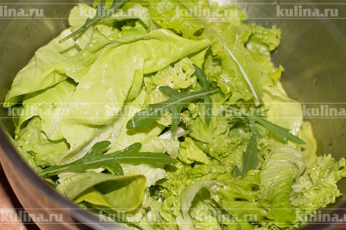 В миску выложить подготовленные листья салата.
