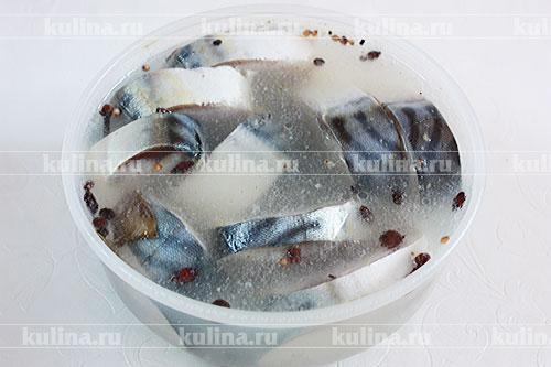 Скумбрию нарезать поперек кусочками не более 1 см. толщиной. Каждый кусочек рыбки щедро посолить, положить на тарелку, затянуть пищевой пленкой, оставить на 2 часа на столе. Пока солится рыба, приготовить для нее маринад. Воду налить в кастрюльку, всыпать ложку соли и сахара, добавить специи, довести до кипения. Снять кастрюлю с плиты, влить уксус, размешать. Маринад остудить. Рыбку сложить в пластиковую или керамическую посуду, залить маринадом, накрыть. Мариновать скумбрию 5-6 часов на столе.