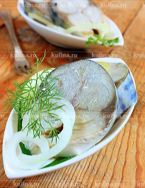 Лук очистить, нарезать полукольцами. Переложить скумбрию на тарелку, полить растительным маслом, посыпать луком и подать.