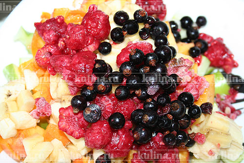 Ягоды и фрукты вымыть, обсушить и выложить на тесто.