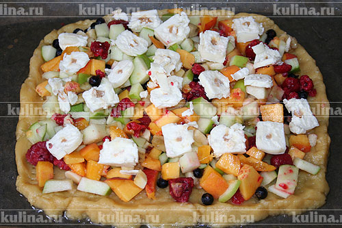 Сырки нарезать и выложить поверх ягод, как показано на рисунке.