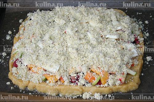 Посыпать мучной крошкой поверхность торта и поставить его в духовку.