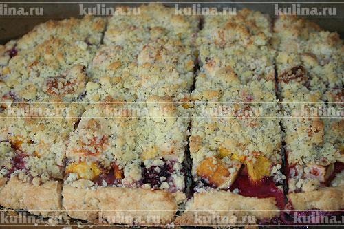 Готовый пирог извлечь из духовки, немного остудить, нарезать порционными кусками.