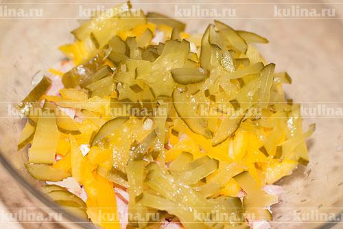 Соленые или свежие огурцы нарезать соломкой и положить в миску.