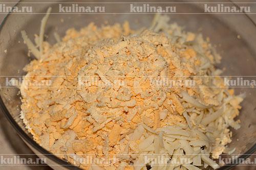 Отделить желтки от белков, желтки натереть на терке и положить к остальным ингредиентам.