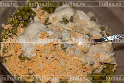 Салат перемешать, если добавляли свежие огурцы, посолить по вкусу. Заправить салат майонезом и хорошенько еще раз перемешать.