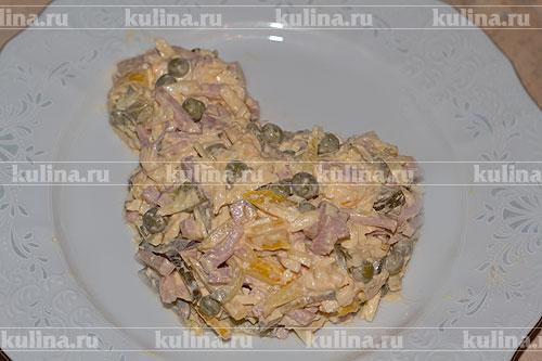 Белки натереть на терке и выложить на салат так, как показано на фото.