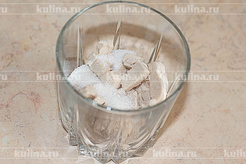 В стакан положить дрожжи, 2 ч. л. сахарного песка.
