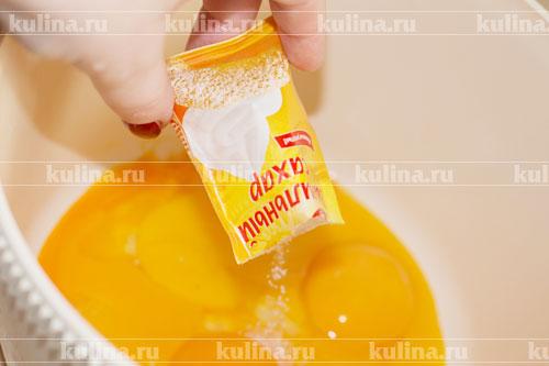 В желтки всыпать ванильный сахар.