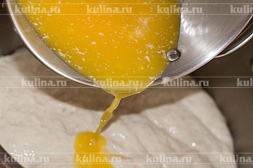 В подошедшую опару выливаем растопленное сливочное масло.