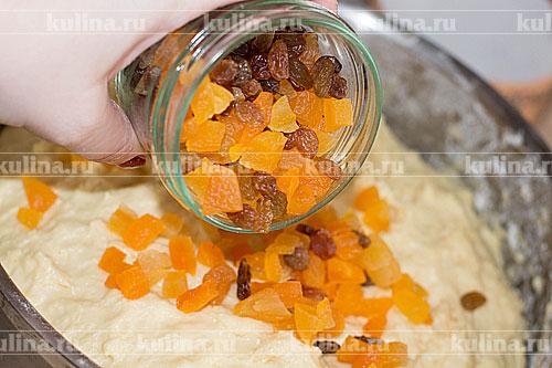 Когда тесто поднимется в третий раз, вводим изюм и цукаты, перемешиваем.