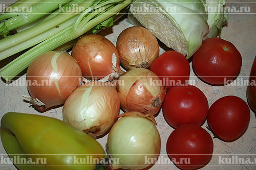 Подготовить все продукты: лук очистить, перец разрезать пополам, удалить семена.