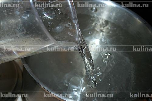 В кастрюлю налить воду.