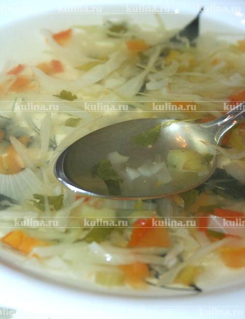 Этот суп можно есть в любое время, когда вы голодны, ешьте его столько, сколько хотите. Примерное меню диеты выглядит так: 1-й день: жиросжигающий суп, все сорта фруктов, кроме бананов. 2-й день: жиросжигающийй суп, зеленые овощи. На ужин - одна вареная картофелина с маслом. 3-й день: жиросжигающий суп, фрукты и овощи, но без картофеля. 4-й день: жиросжигающий суп, три банана и нежирное молоко. 5-й день: жиросжигающий суп, 6 помидоров, салат из капусты, заправленный оливковым маслом или 300 нежирного отварного мяса или рыбы. 6-й день: жиросжигающий суп, 150 г нежирного йогурта, зеленый салат, нежирное куриное отварное мясо. 7-й день:жиросжигающий суп, натуральный рис с овощами, фруктовый сок.