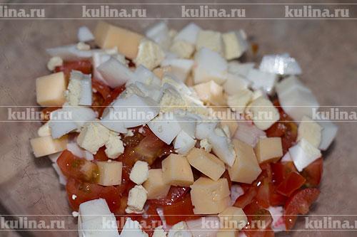 Яйца нарезать кубиком и положить к остальным ингредиентам.