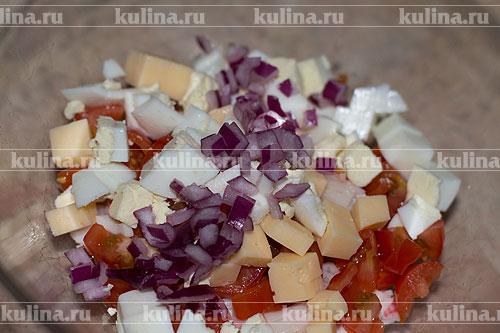 Репчатый лук нарезать очень мелким кубиком и положить в салатник.