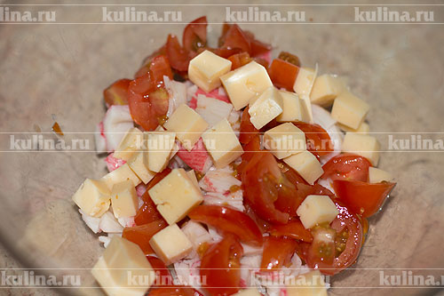 Сыр нарезать кубиком и отправить в салатник.