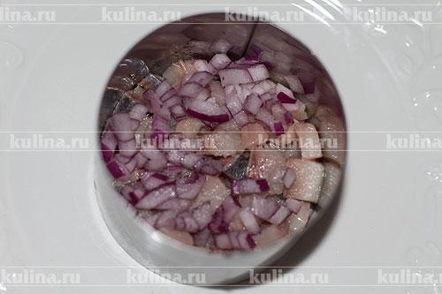 Репчатый лук мелко нарезать и посыпать им селедку.
