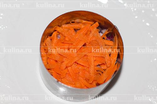 Морковь натереть на крупной терке и выложить следующим слоем.