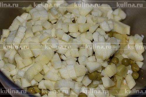 Яблоко очистить от семян и кожицы, нарезать кубиком и положить в миску.